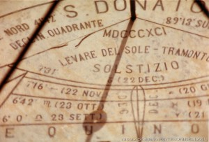 fig._4_san_donato_(fr)_-_meridiana_di_piazza_coletti_-_ombra_del_foro_gnomonico_prossima_a_percorrere_la_linea_degli_equinozi